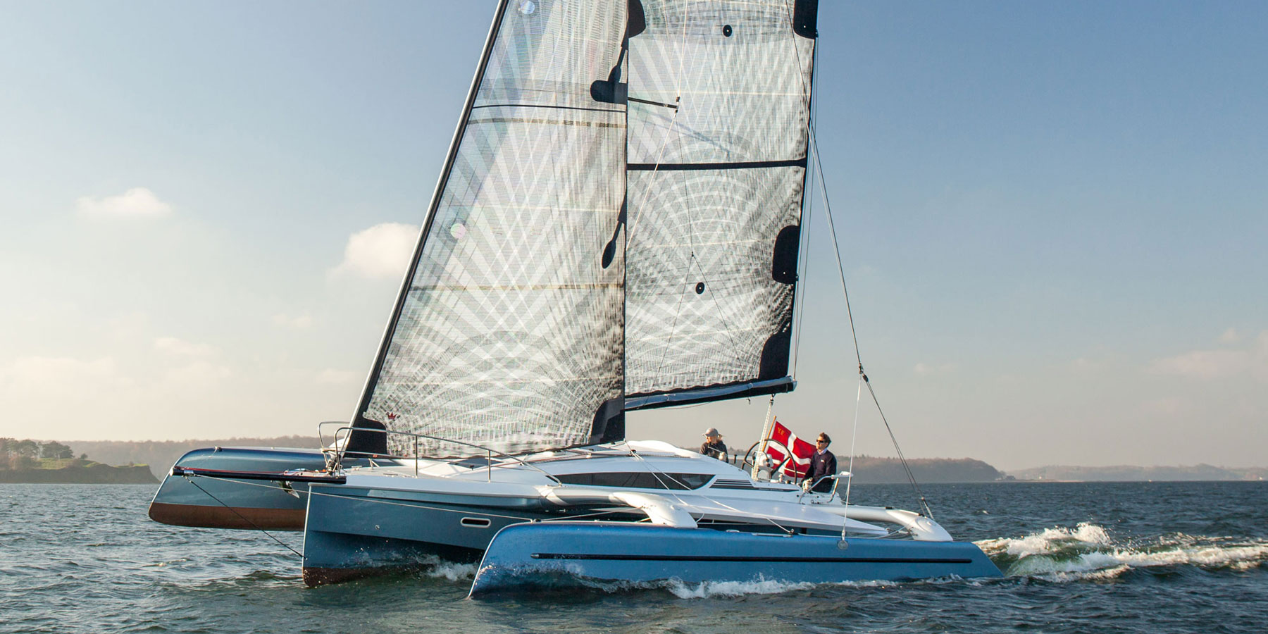 Dragonfly 32 Evolution trimaran sailing upwind