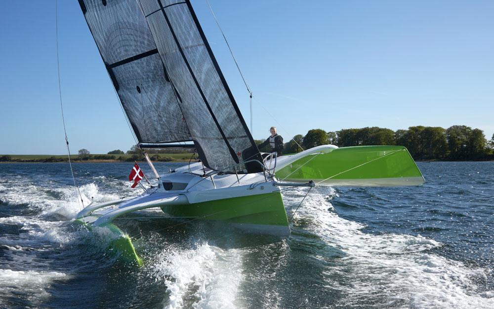 Dragonfly 25 sailing upwind