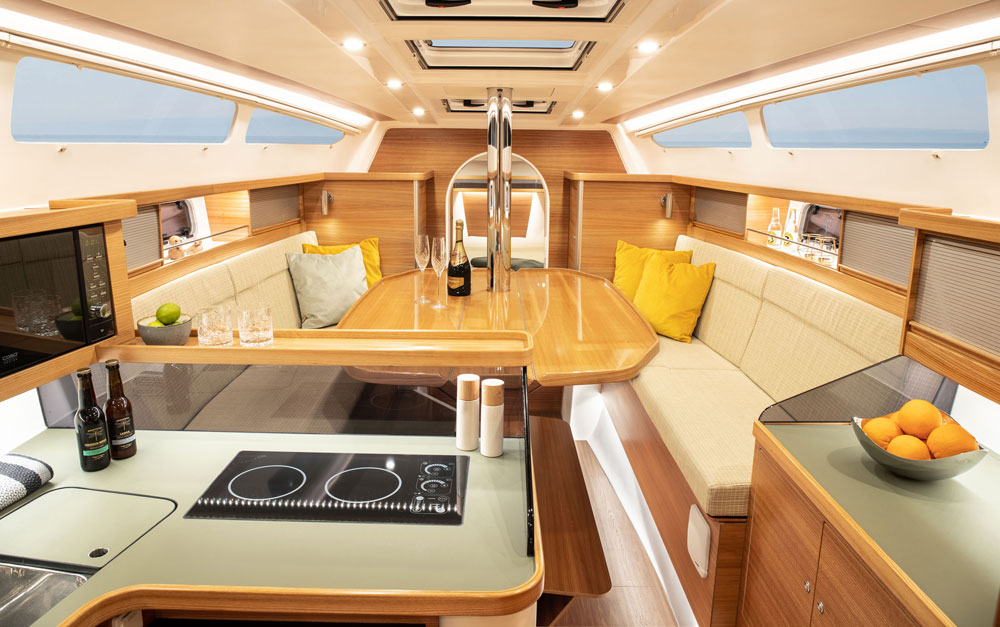 Dragonfly 40 with large dining table